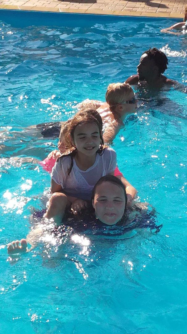 dziewczynki w basenie